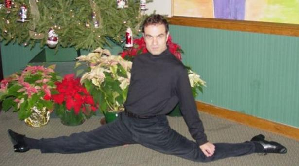 robbie williams lookalike splitting like there's no tomorrow - awkard christmas pictures